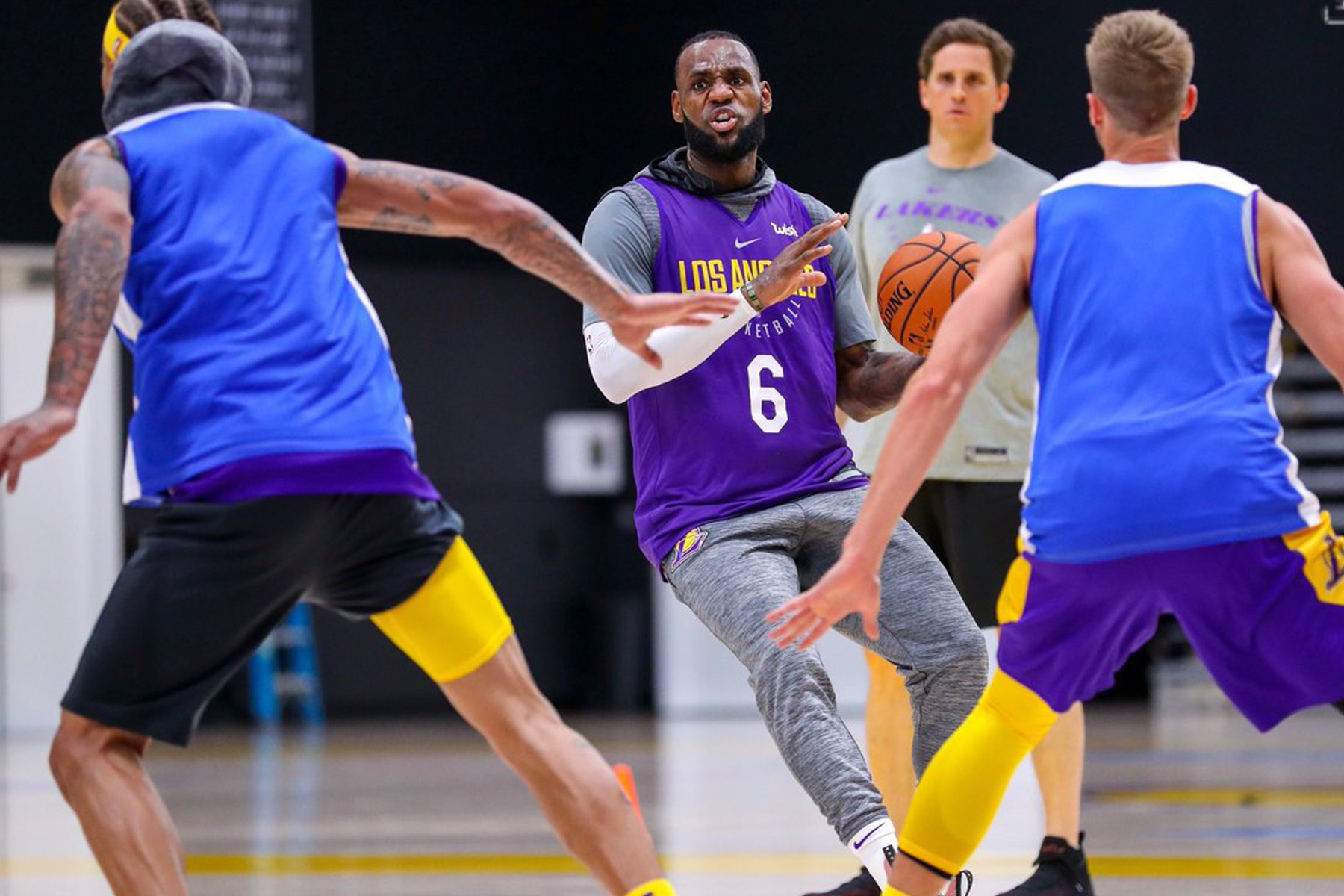 LeBron James: ¡Viste la camiseta de los Lakers!